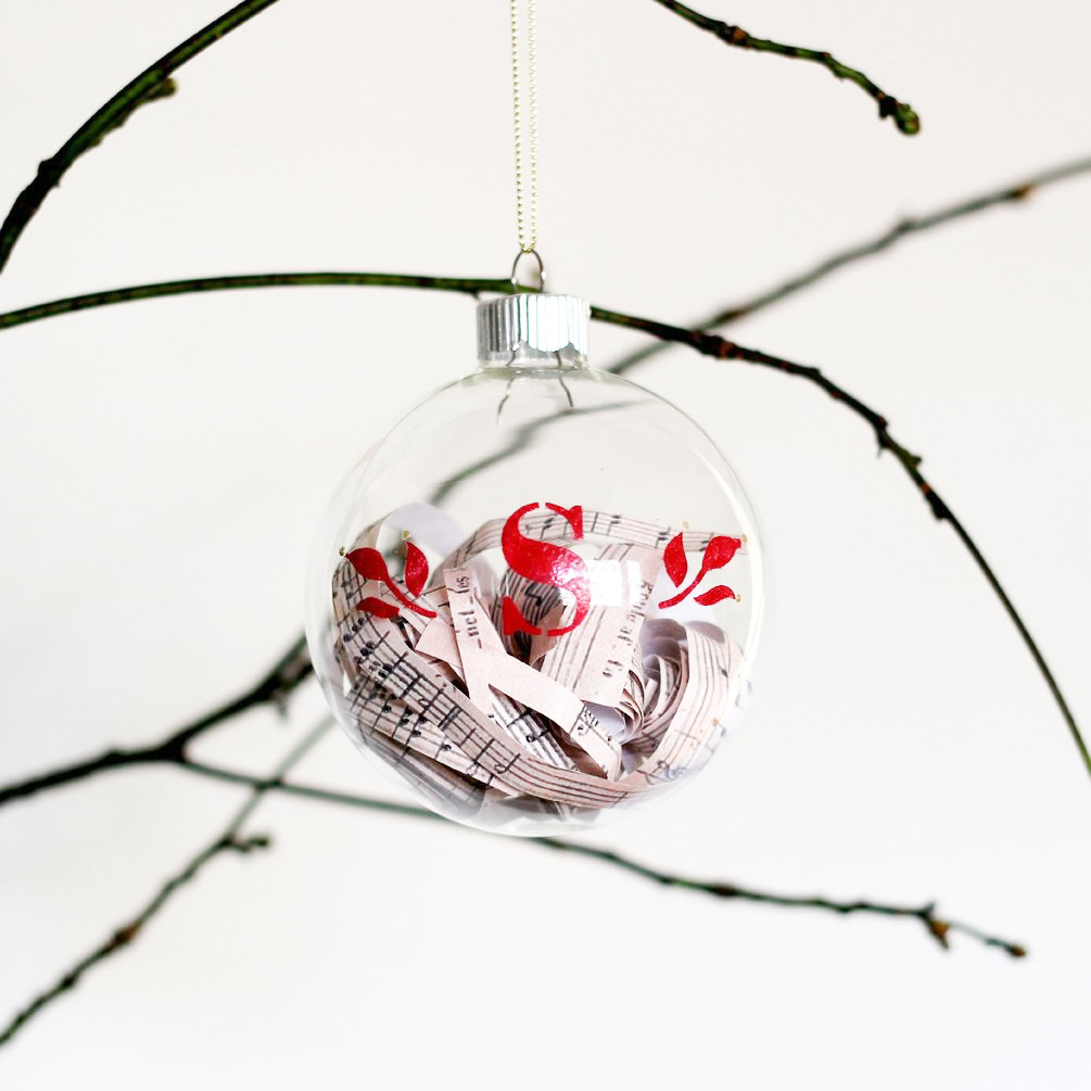 Loving these DIY monogrammed glass ornaments! These would make the perfect gift, and they're easy to make too!
