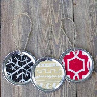Make your own easy mason jar lid ornaments!