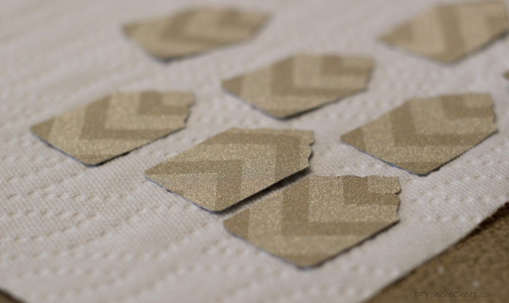 How to make DIY holiday gift tags: tutorial via DIYontheCheap.com.