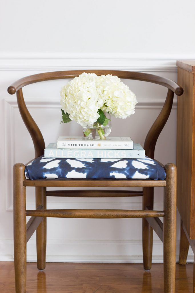 In love with this family room makeover in shades of blue and indigo! This wishbone chair with indigo shibori fabric is gorgeous.